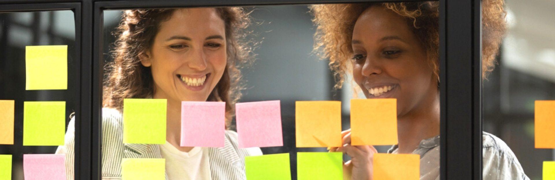 Zwei Frauen beim Brainstormen