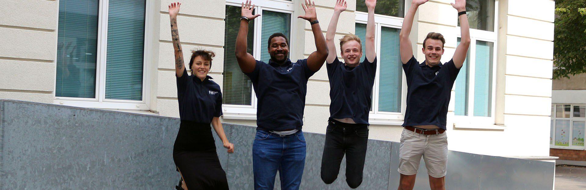 Das erfolgreiche Team des Studiengangs Projektmanagement & IT freut sich.
